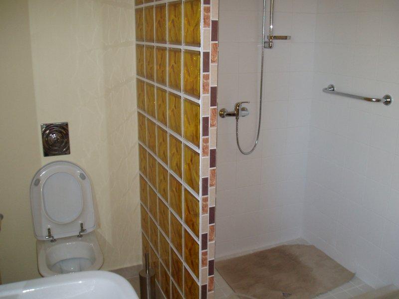 Sprchový kout a toaleta